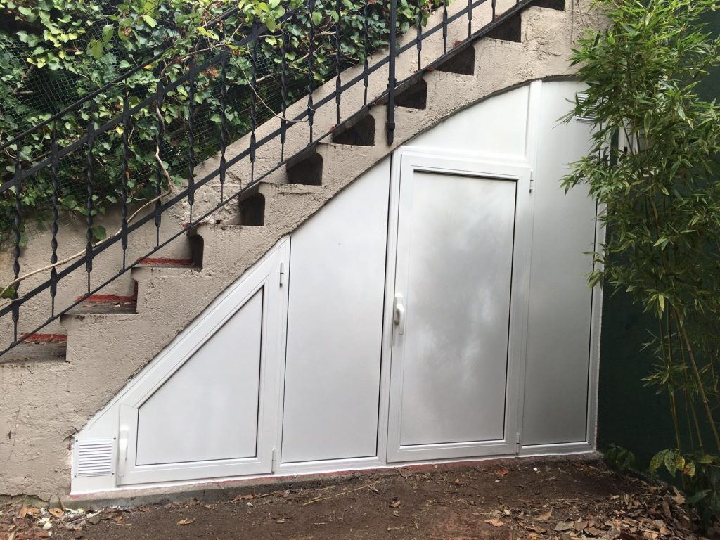 Armario exterior a medida para hueco de escalera - Puertas de escalera ...