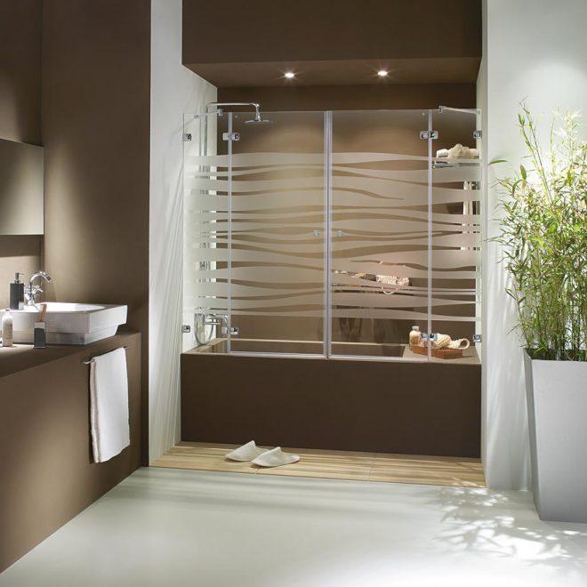 http://mampara-de-baño-en-dos-hojas-abatibles-con-fijos-laterales-modelo-kubic-p90-y-con-vidrio-serigrafiado-rio